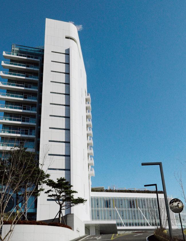 2015년 6월 개관한 강원 강릉 씨마크호텔은 프리츠커상을 수상한 건축가 리처드 마이어의 설계로 오픈 당시 지방에서는 유일하게 5성급 인증을 받았다. [박해윤 기자]