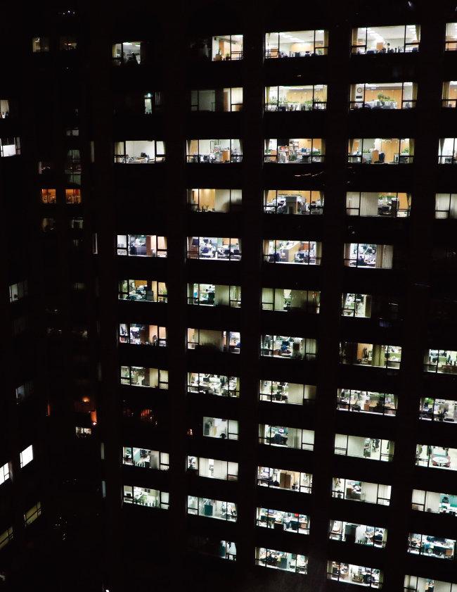 서울 종로구의 한 회사 건물. 밤이 늦었지만 사무실에 불이 환하게 밝혀져 있다. [동아DB]