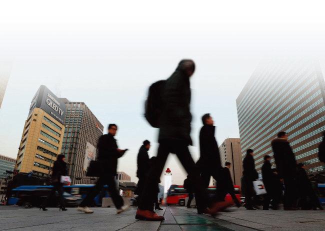 서울 광화문으로 출근하는 직장인들의 모습. [동아DB]