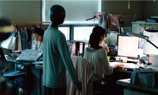 서울 금천구의 한 사무실. 정시 퇴근을 위해 회사 불은 꺼졌지만 업무가 남은 직원들은 불 꺼진 회사에서 일하고 있다. [동아DB]