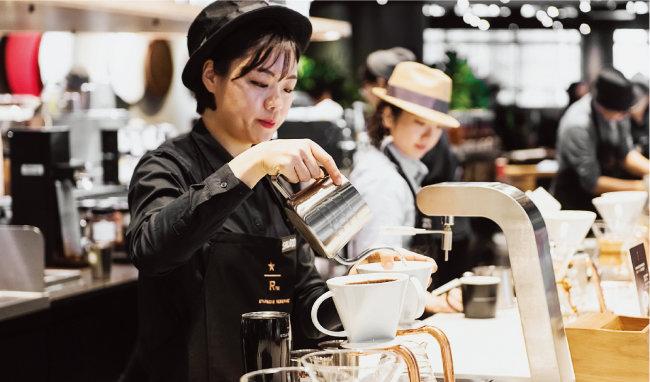 카페 점주들은 눈코 뜰 새 없이 음료를 팔아야 겨우 아르바이트생 월급 정도를 벌 수 있다. [뉴시스]