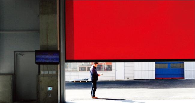 신공장에서 구공장으로 연결되는 통로 사이에 설치된 붉은색 차단벽.