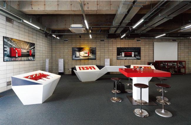 외부 손님에게 HK 회사를 소개하는 공간은 고급스러운 직원카페와 연결돼 있다.