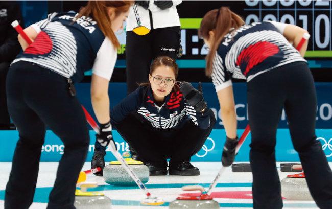 2월 21일 러시아와 예선 8차전 경기를 치르고 있는 컬링 여자 국가대표팀 선수들. [뉴스1]