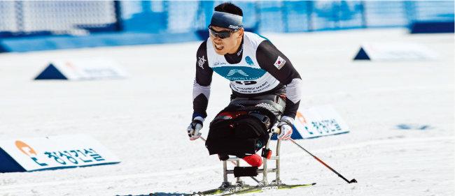 지난해 3월 강원 평창에서 열린 '2017 세계장애인노르딕스키월드컵'에서 신의현 선수가 질주하고 있다. [뉴스1]