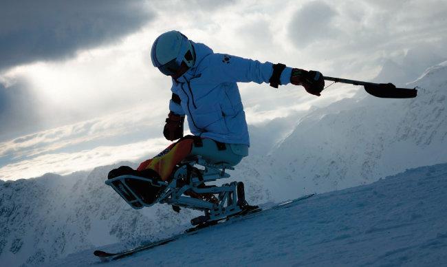 설상 종목(알파인 스키)에서 한국 최초로 메달을 딴 한상민이 좌식스키를 탄 채 설원을 질주하고 있다. [사진 제공 · 대한장애인체육회]