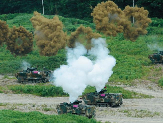 경북 포항 해병대 훈련장에서 열린 한미연합 공지전투 훈련에 참가한 해병대 공병부대가 상륙돌격장갑차(KAAV)에서 미클릭(MICLIC)을 발사해 지뢰지대를 개척하고 있다. [뉴시스]