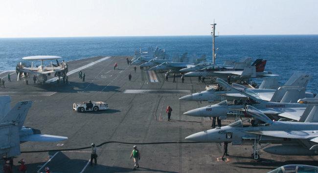 미국 항공모함 3척이 참가한 동해상 한미연합훈련 사흘째인 지난해 10월 13일 로널드 레이건호(CVN 76) 갑판에서 해군들과 비행기들이 훈련하고 있는 모습. [뉴시스]