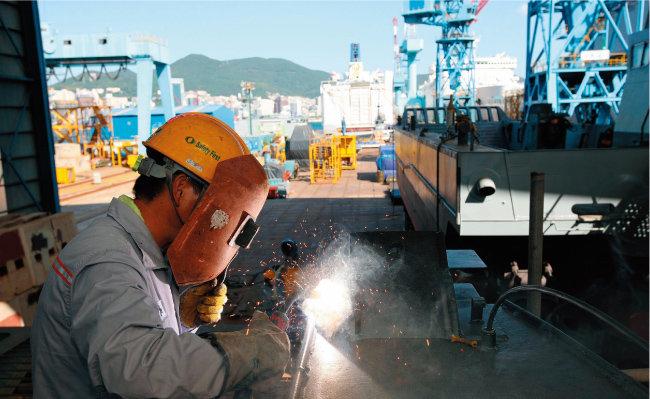 조선소의 한 용접공. 근로시간 단축으로 생산직 근로자의 근로시간이 줄어들 전망이다. [동아DB]