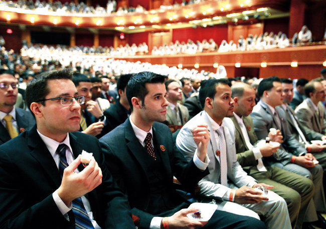 미국 뉴욕권 하나님의 교회 신도들이 유월절 떡과 포도주를 먹고 마시며 성찬식에 참여하고 있다.