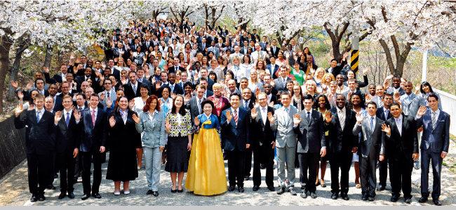 북미, 유럽 대륙에서 온 제57차 해외성도방문단이 엘로힘연수원의 화사한 벚꽃 아래에서 환하게 웃고 있다.