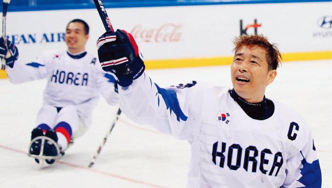 아이스하키팀 한민수 선수(오른쪽). [뉴시스]