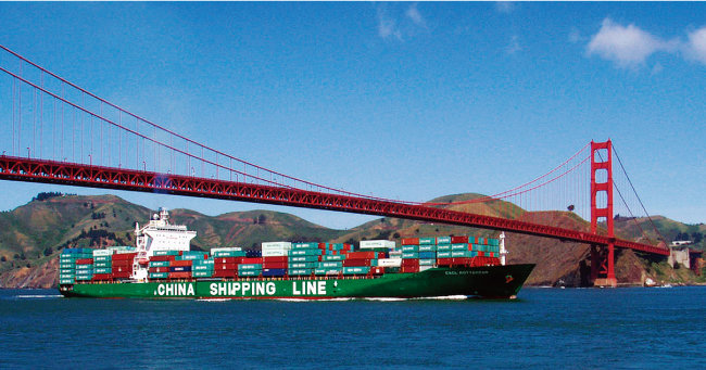 중국 컨테이너선이 수출품을 싣고 미국 샌프란시스코 금문교를 지나고 있다. [위키피디아]