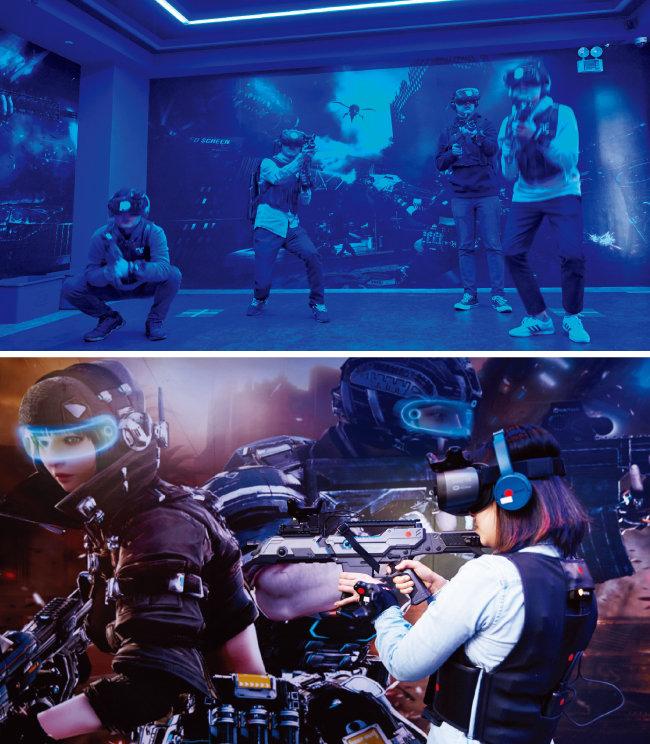 '스페셜 포스 VR : UNIVERSAL WAR'를 체험하고 있는 사람들. 최대 8명까지 함께 게임을 즐길 수 있다(위). 기자가 '스페셜 포스 VR : UNIVERSAL WAR'를 체험하고 있는 모습. [홍중식 기자]