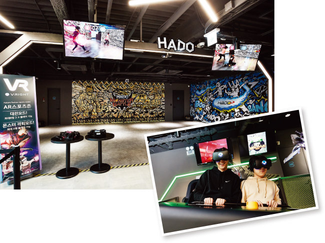 AR 스포츠 하도(HADO)를 즐길 수 있는 공간.(위) '다이나믹 시어터' 콘텐츠를 즐기는 사람들. [홍중식 기자]