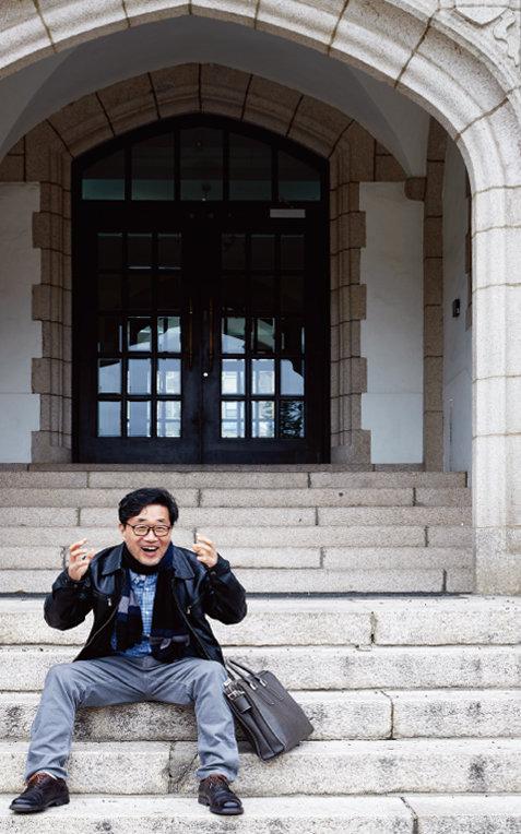 김태연 작가가 1979년 3월 6일 동갑내기 신입생이던 기형도와 첫 인연을 맺었던 연세대 언더우드관 돌계단에서의 상황을 설명하고 있다. [홍중식 기자]