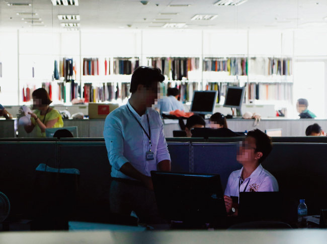 일부 중소기업은 모집공고와는 다른 업무까지 시키곤 해 직원들은 어쩔 수 없이 야근을 할 때가 있다. [동아DB]