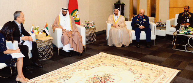 백운규 산업통상자원부 장관(왼쪽에서 두 번째)이 2월 25일(현지시각) 알 보와르디 UAE 국방특임장관과 면담하고 있다. [뉴시스]