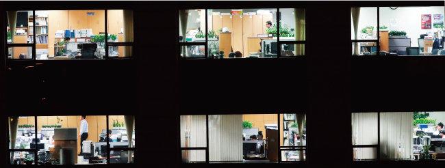 늦은 밤에도 퇴근하지 못하고 일하는 직장인들. [동아일보]