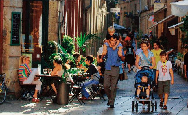 프랑스는 결혼하고 자녀를 둔 부부와 동거 상태에서 출산한 커플의 수가 엇비슷하다. [보르도관광청]