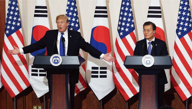 2017년 11월 청와대에서 도널드 트럼프 대통령과 문재인 대통령이 공동 기자회견을 하고 있다. [뉴시스]