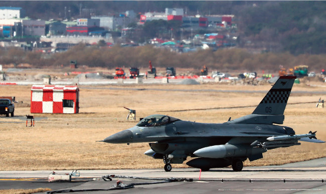 3월 20일 오전 F-16 전투기가 임무수행을 마친 후 경기 평택시 오산공군기지에 착륙하고 있다. [뉴스1]