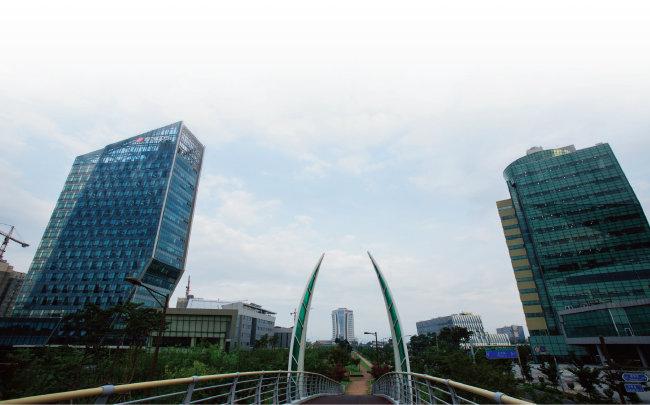 한전KPS(왼쪽)와 한국농수산식품유통공사. 전남 나주로 옮기기로 한 공공기관 16곳 중 15곳이 이전을 완료했다. [동아DB]