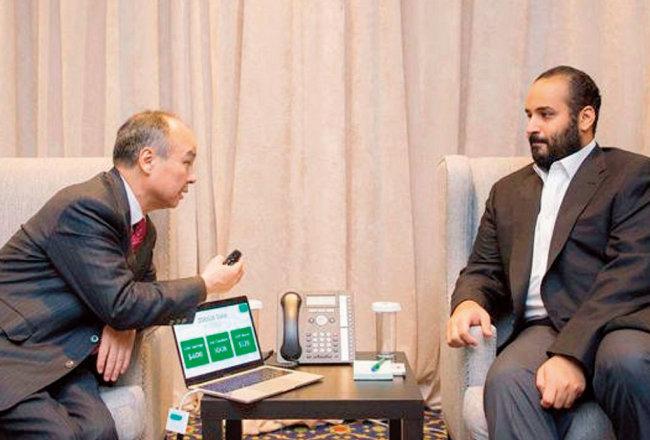 손정의 일본 소프트뱅크 회장(왼쪽)과 무함마드 빈 살만 알 사우드 사우디아라비아 왕세자가 환담하고 있다. [SPA]