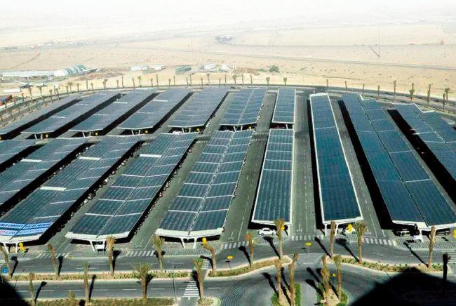 세계 최대 석유기업인 사우디아라비아 아람코의 주차장에 설치된 태양광 패널. [아람코]