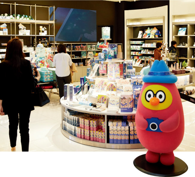 서울스카이 지하 1층에 있는 기념품 판매점. 롯데월드타워 캐릭터 상품을 살 수 있다. [홍중식 기자]