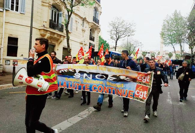 프랑스철도공사(SNCF) 소속 노조원들이 철도개혁 반대 시위를 벌이고 있다. [프랑스 노동총연맹(CGT) 페이스북]