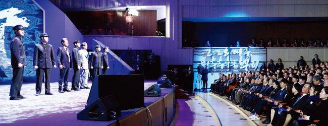 문재인 대통령과 2·28민주운동 관계자들이 대구콘서트하우스에서 열린 기념식에서 뮤지컬 공연을 관람하고 있다. [뉴시스]
