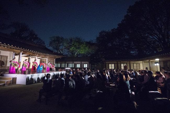 연경당에서 궁중무용과 부채춤을 추고 있다.