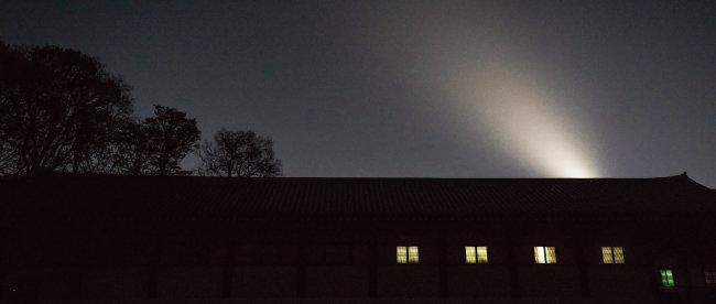 어둠이 짙어진 궁궐의 하늘. 하늘을 향한 조명이 신비로움을 자아낸다. [조영철 기자]