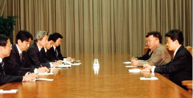 2002년 9월 당시 고이즈미 준이치로 일본 총리와 아베 신조 관방장관 등이 김정일 북한 국방위원장(오른쪽 가운데)과 북·일 정상회담을 하고 있다. [사진 제공·일본 총리실]