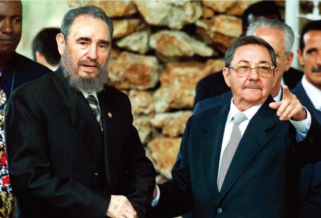 2000년 4월 쿠바 아바나에서 열린 77그룹 정상회담에 나란히 참석한 피델(왼쪽)과 라울 카스트로 형제. [뉴시스]