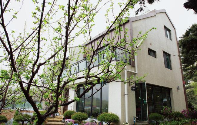 김태순 장원팜 대표는 2년 전 서울 생활을 접고 농장 내 전원주택으로 이사했다. 1층은 카페로 활용 중이다. [조영철 기자]