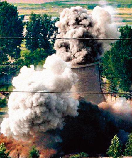 북한은 2008년 평안북도 영변의 5MW 규모 원자로 냉각탑을 폭파했다. [동아DB]