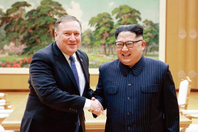 5월 10일 북한을 방문한 마이크 폼페이오 미국 국무장관(왼쪽)이 김정은 국무위원회 위원장을 만나 악수하고 있다. [신화=뉴시스]