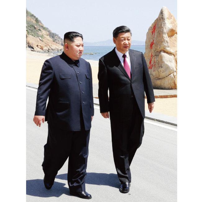 5월 8일 중국 다롄 방추이다오 해변을 걷고 있는 시진핑 중국 국가주석(오른쪽)과 김정은 북한 국무위원회 위원장. [AP=뉴시스]