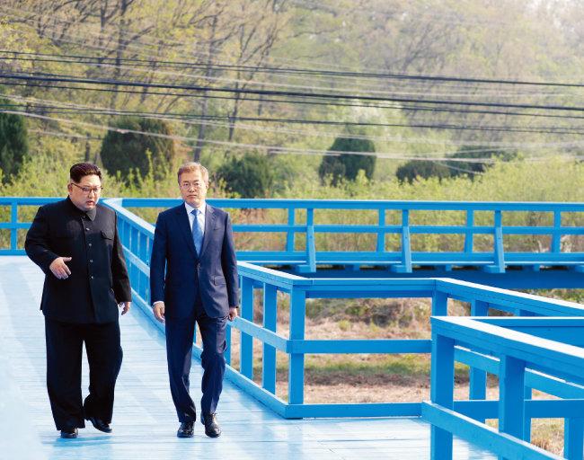 4월 27일 판문점 도보다리에서 대화하는 문재인 대통령(오른쪽)과  김정은 북한 국무위원회 위원장. [뉴스1]