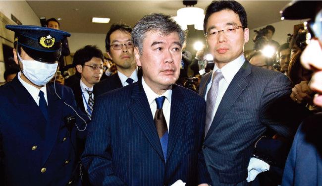 여기자 성희롱 발언으로 물의를 빚어 사임한 후쿠다 준이치 전 일본 재무성 사무차관(가운데). [동아DB]