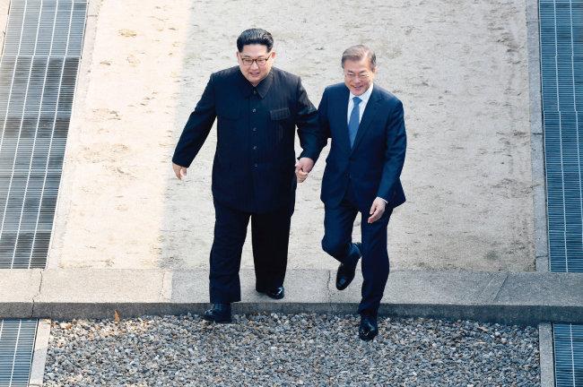 4월 27일 남북정상회담에서 문재인 대통령과 김정은 북한 국무위원회 위원장이 손을 잡고 판문점 군사분계선을 넘고 있다. 남북정상회담과 북·미 정상회담에 국민적 관심이 쏠리면서 6·13 전국동시지방선거에 대한 관심이 상대적으로 크게 떨어졌다. [사진공동취재단]