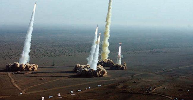 이란군이 미사일 여러 발을 동시에 발사하고 있다. [FARS]
