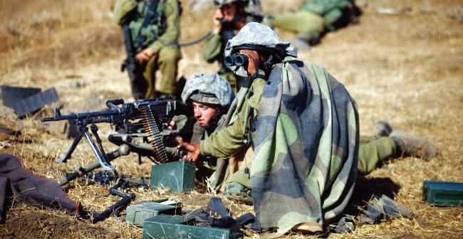 이스라엘군 병사들이 골란고원에서 기관총을 설치한 채 경계근무를 서고 있다. [IDF]