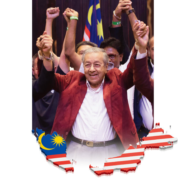 5월 9일 말레이시아 총선에서 승리한 마하티르 모하메드 총리가 지지자들과 함게 환호하고 있다. [AP=뉴시스]