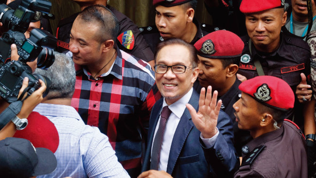 5월 16일 말레이시아 국왕의 사면으로 전격 석방된 안와르 이브라힘 전 부총리가 환하게 웃고 있다. [AP=뉴시스]