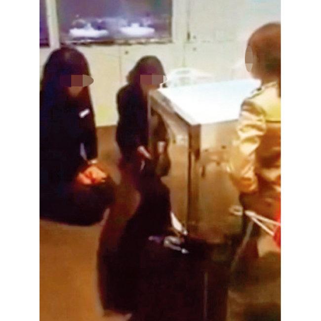 2015년 인천 한 대형백화점에서 점원 2명이 바닥에 무릎을 꿇고 고객에게 사과하는 모습. 고객이 귀금속 무상수리를 요구하자 업체 측이 규정상 유상수리를 해야 한다고 설명하는 과정에서 일어났다. [뉴스1]