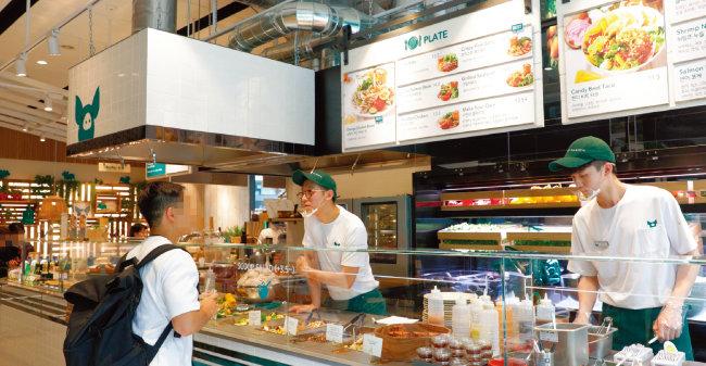'피그인더가든'은 샐러드를 즐겨 찾는 여성뿐 아니라 건강한 먹거리를 선호하는 남성에게도 인기다. [박해윤 기자]