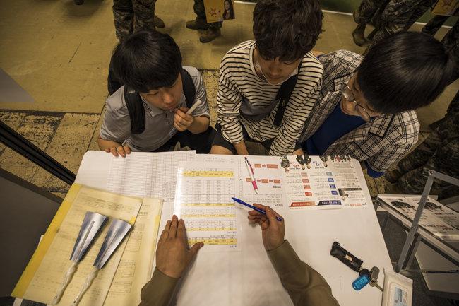 졸업을 앞둔 고등학생들이 해병부사관 입대와 관련한 정보를 듣고 있다. [조영철 기자]